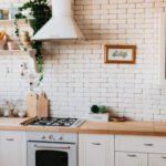 Een keuken met alles erop en eraan